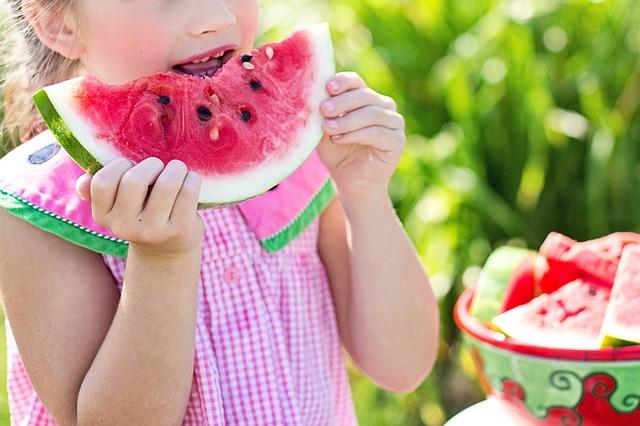 enfant-mangeant-melon-d'eau